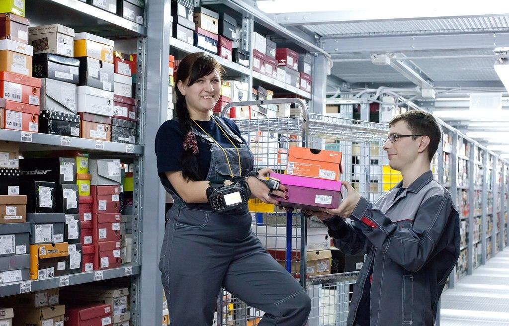 Работники обувного магазина